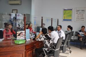 Khách hàng giao dịch tại Ngân hàng Hợp tác CN Kiên Giang