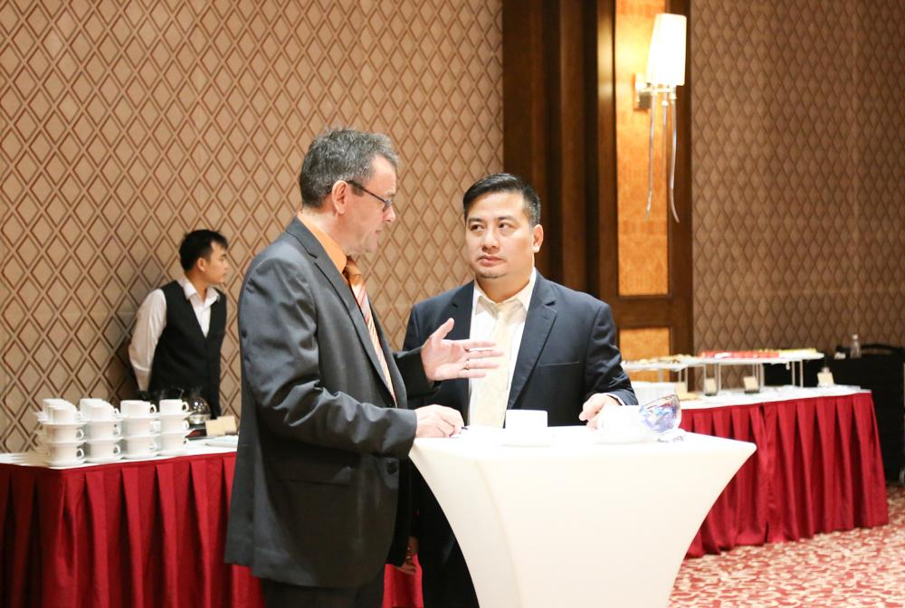 Rudolf Schuetz - Giám đốc DID tại Việt Nam đang trò chuyện bên lề Hội thảo cùng ông Nguyễn Thạc Tâm – Phó Tổng giám đốc Ngân hàng Hợp tác